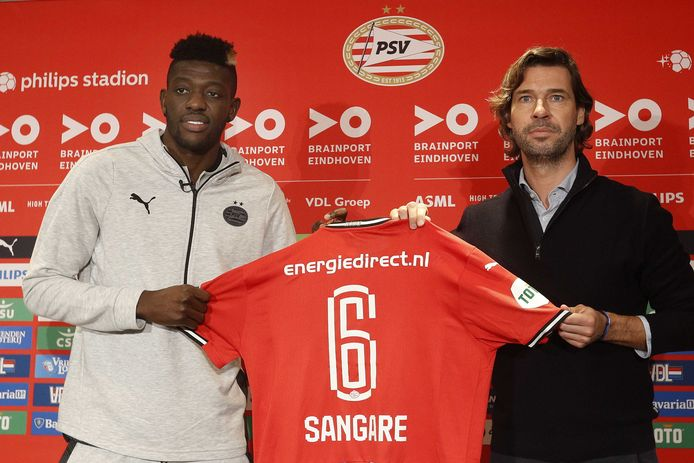 John de Jong presenteert Ibrahim Sangaré in het Philips Stadion.