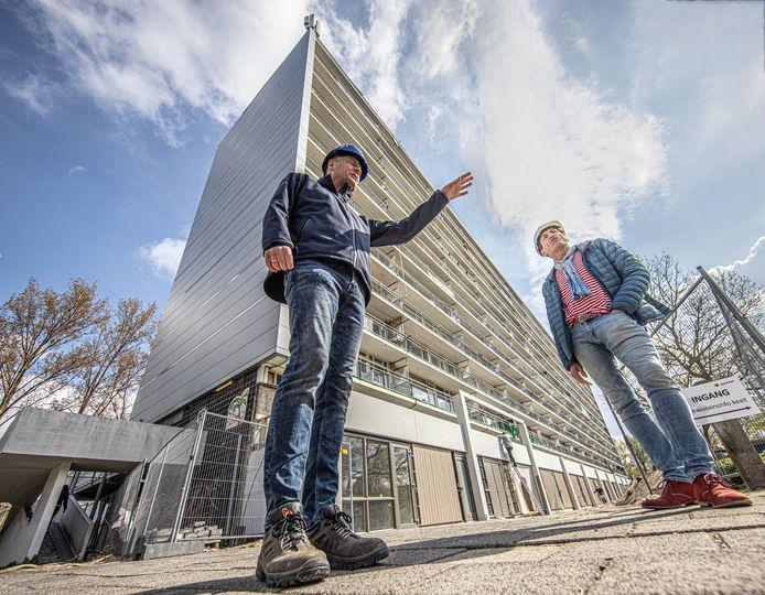 Projectleiders Gerard Harderwijk (Mateboer) en Richard Zuidberg (SWZ) bij de Louis Armstrong flat die momenteel wordt gerenoveerd.
