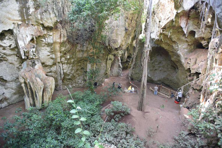 De ingang van de grot van Panga ya Saida in Kenia waar het oudste graf van Afrika is gevonden.  Beeld via REUTERS