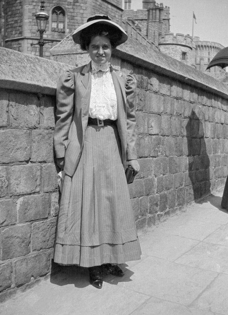 Rose Fitzgerald poseert in 1908 aan Windsor Castle in Windsor, Berkshire, England. Beeld AP