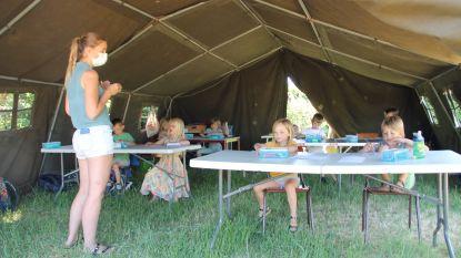 """Freinetschool geeft les in tuinen van ouders: """"Het voelt een beetje als op kamp gaan"""""""