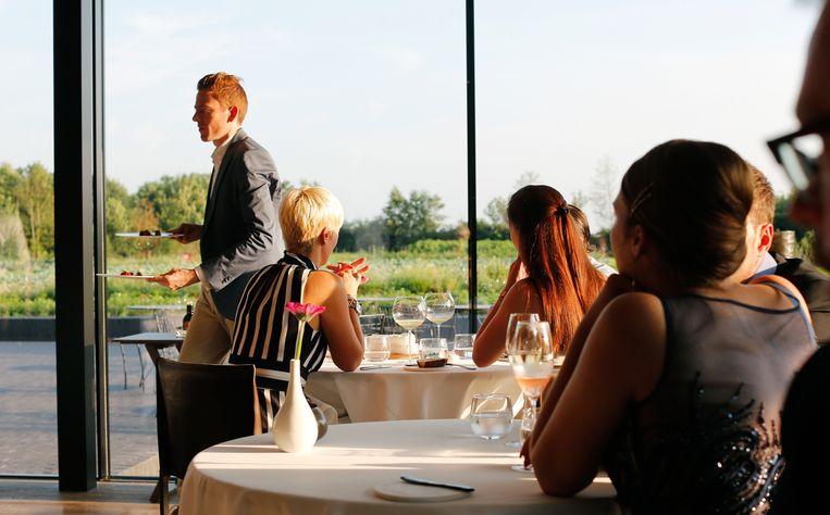 Joachim Boudens aan het werk in het restaurant in Zeldelgem Beeld Lieven Van Assche