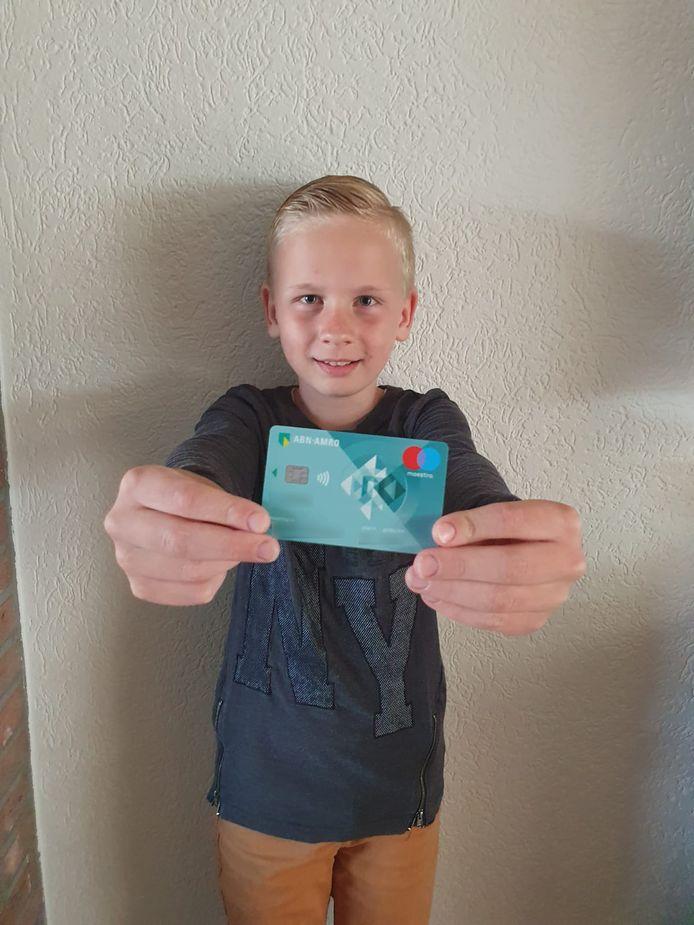 Kyan (10) met zijn eerste bankpas.