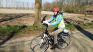 """Juf uit Eeklo bezoekt per fiets alle kinderen van haar klas: """"Wuiven van achter het raam en bundel met opdrachten afgeven"""""""