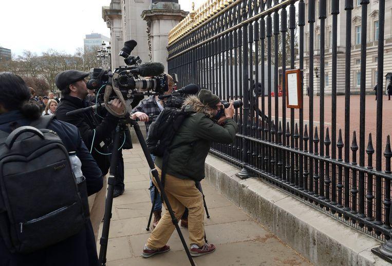 Journalisten aan Buckingham Palace, nadat vrijdag het overlijden van prins Philip bekendgemaakt was. Beeld AP
