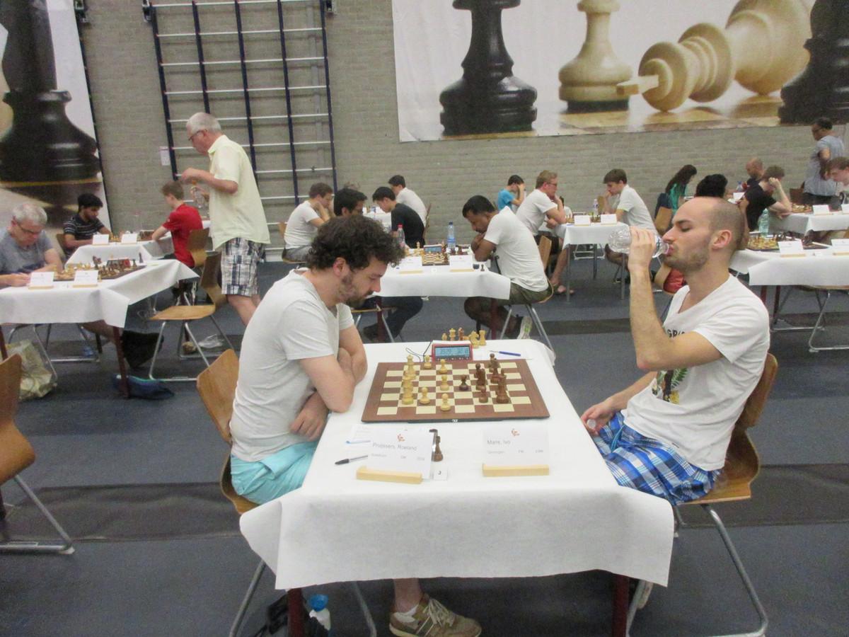 Roeland Pruijssers (wit) op weg naar winst tegen Ivo Maris tijdens het Open NK Schaken in Dieren.
