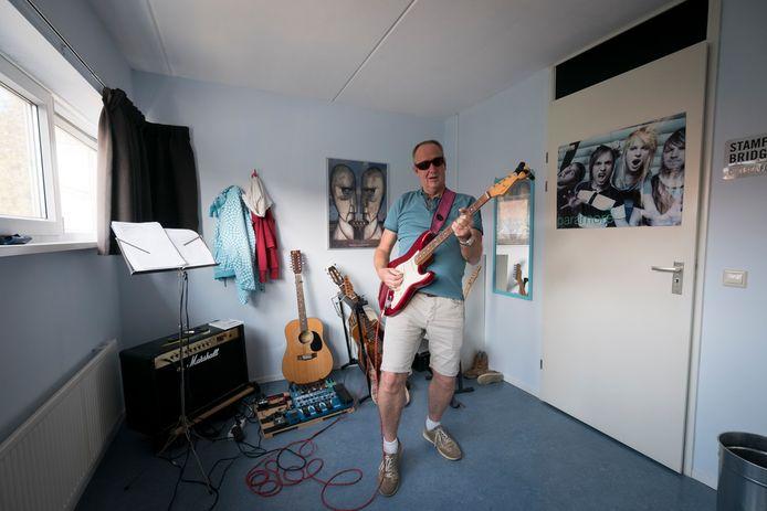 Bert Geurtz leeft zich uit in een van zijn hobby's: gitaarspelen.
