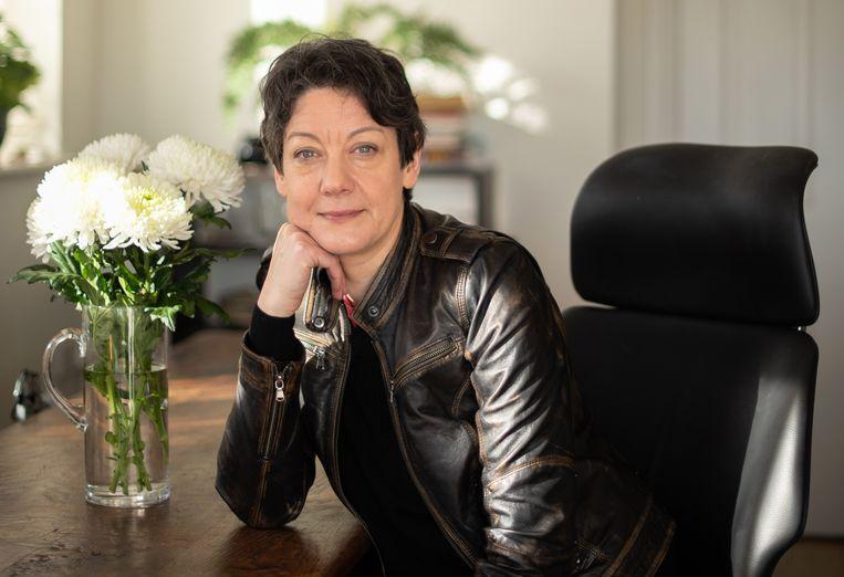 Helen Macdonald: 'Een van de afschuwelijkste manieren om mensen uit te sluiten, is ze met dieren vergelijken. Ik draai dit principe om.' Beeld Tom Oliver Lucas