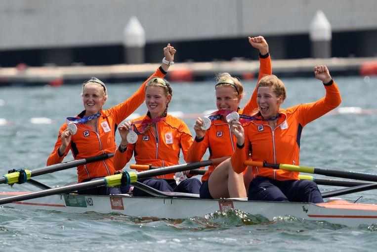 Ellen Hogerwerf, Karolien Florijn, Ymkje Clevering en Veronique Meester tonen het zilver dat ze veroverden in de dubbelvier.  Beeld AP
