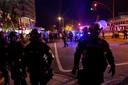 Agenten op straat tijdens de verlengde avondklok in Louisville.