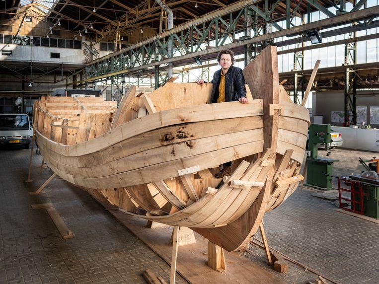 Kunstenaar Edward Clydesdale Thomson bij zijn boot die nog in aanbouw is in Scheepsloods DordtYart. Beeld Simon Lenskens