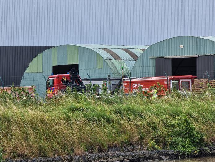 Op de terreinen van Nexans in Buizingen viel een silo op een vrachtwagen. De hulpdiensten moesten dinsdagochtend op zoek gaan naar de vermiste chauffeur van de vrachtwagen.
