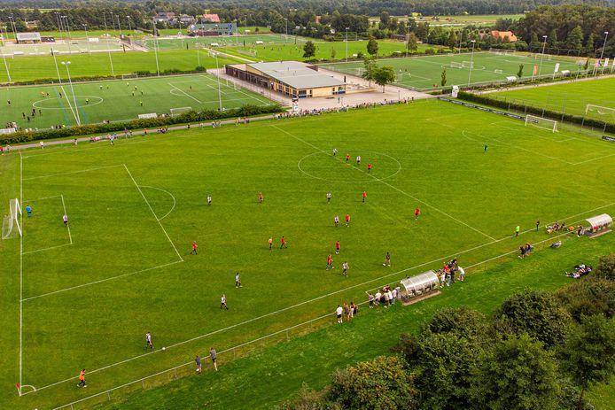 FC Ommen maakt in de laatste thuiswedstrijd voor de start van de bekercompetitie indruk tegen MSC (8-1). De fusieclub is twaalf jaar na de verhuizing van OVC'21 en OZC naar sportpark Westbroek eindelijk tot stand gebracht.