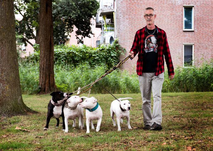 Frans Godthelp met zijn honden op het illegale uitlaatveldje.