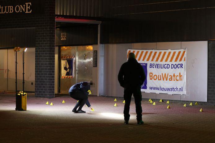 De politie doet onderzoek na de beschieting met een automatisch wapen van uitgaansgelegenheid Club One aan de Van der Hagenstraat in Zoetermeer.