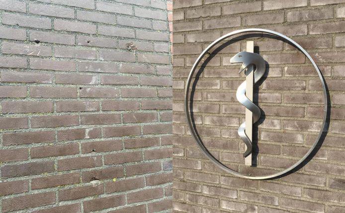 Dit esculaap van huisarts Jeroen van Huijstee is gestolen van de muur bij de praktijk.