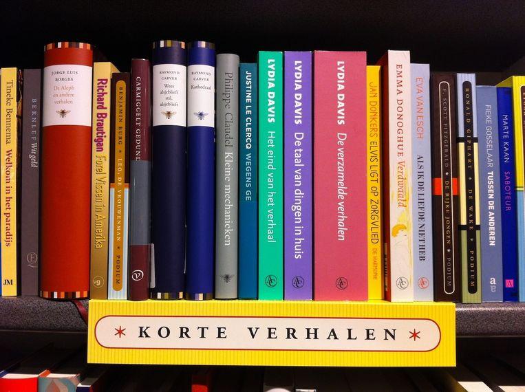 Een plank vol korte verhalen in de Linnaeus Boekhandel. Beeld Linnaeus Boekhandel