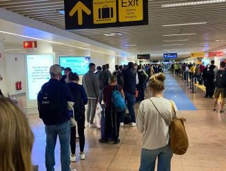 """Enorm lange files in Brussels Airport door probleem bij paspoortcontrole: """"Dit is geen goede reclame voor België"""""""