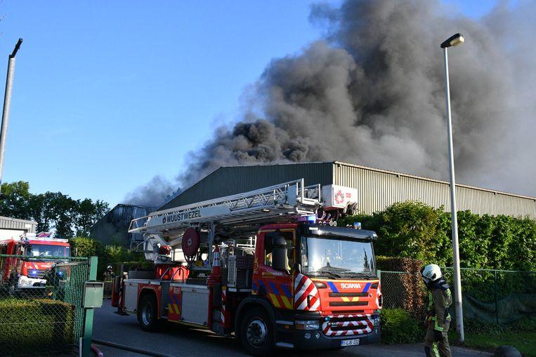 Er hing een dikke zwarte rook boven de loodsen bij het begin van de brand.