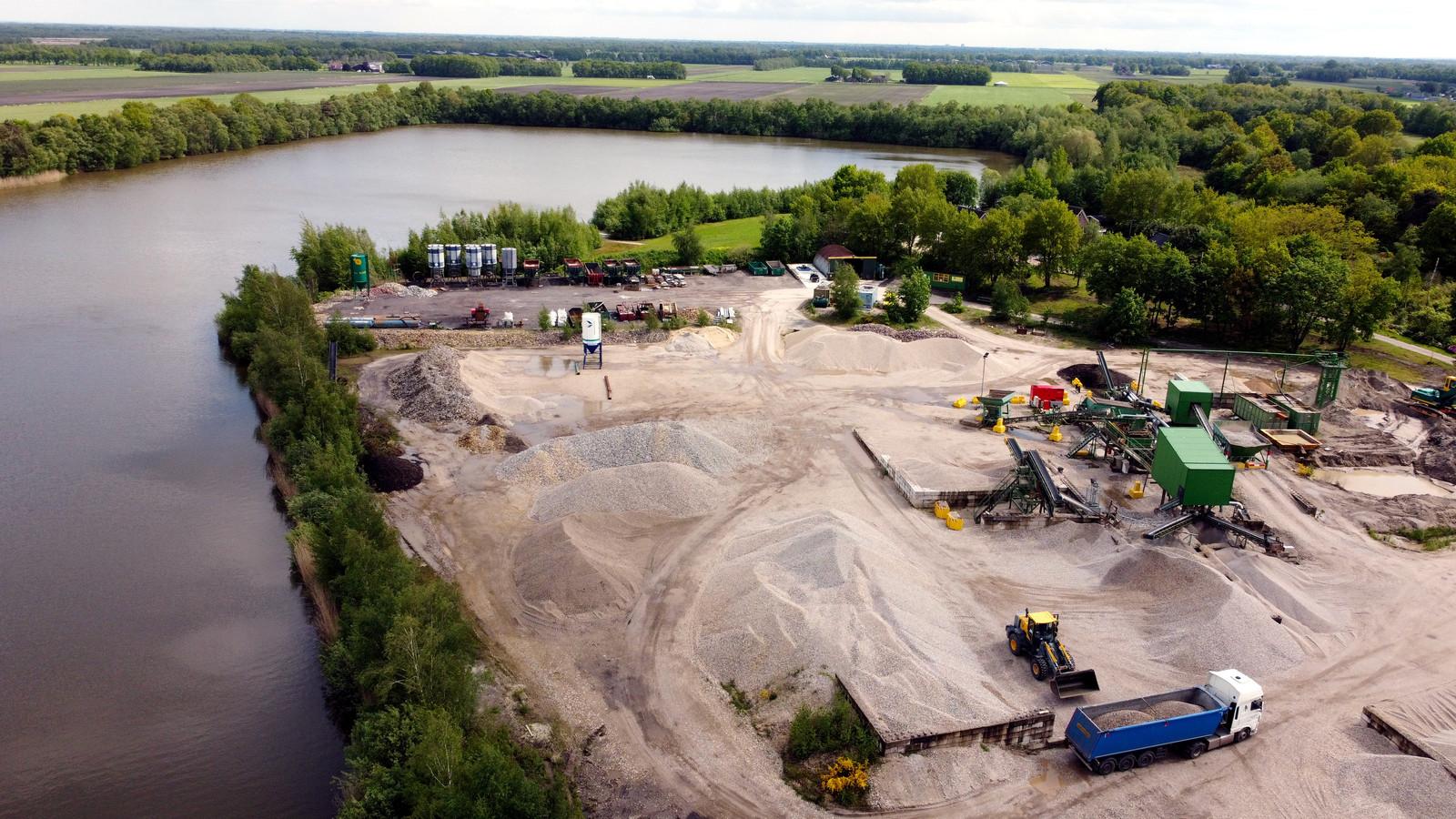 De firma Slaat heeft sinds 2014 aan de Sibculoseweg 102 een grindwasserij (rechts). Daarin kan 500 ton grind per dag bewerkt worden.