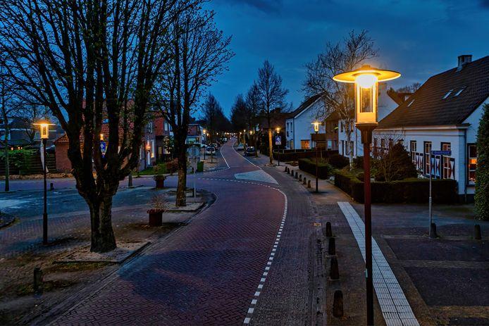 De gemeente Breda heeft de lampen in een deel van de straatverlichting in Teteringen vervangen. Een aantal bewoners vindt de nieuwe lampen veel te fel. Hier de hoek van het Willem Alexanderplein met op de achtergrond de Hoolstraat.