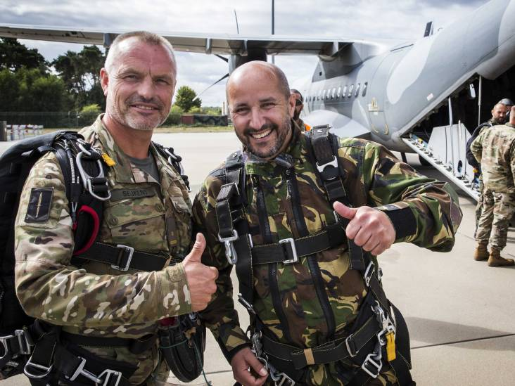 Burgemeester Marcouch maakt succesvolle parachutesprong boven Groesbeek