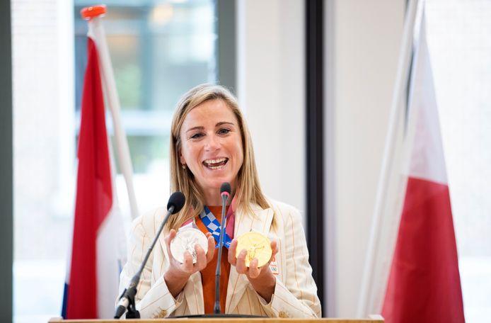 Annemiek van Vleuten toont haar gouden en zilveren medaille tijdens haar huldiging op het Wageningse stadhuis.