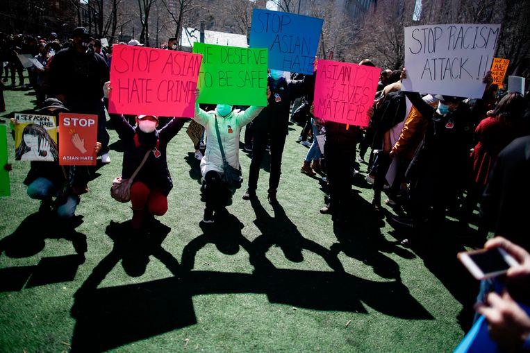 Mensen nemen deel aan een demonstratie tegen haat en confronteren het toenemende geweld tegen Aziatische Amerikanen in Columbus Park in de wijk Chinatown van Manhattan, New York, op zondag 21 maart 2021. Beeld AP