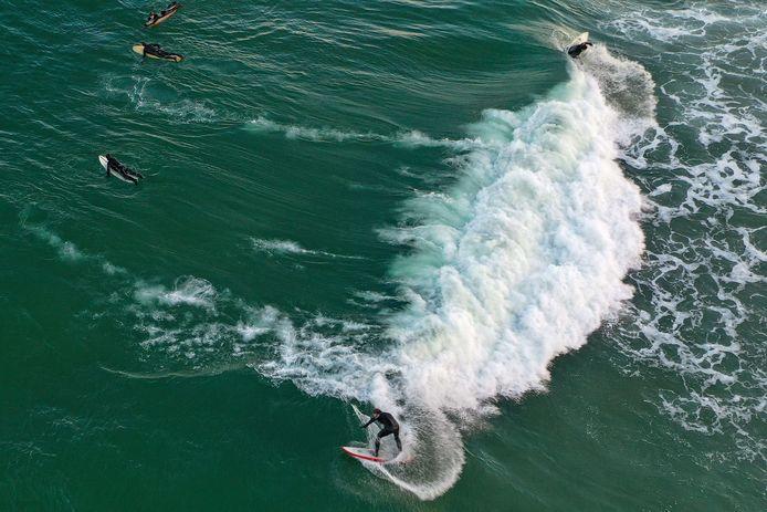 Archiefbeeld van surfers.