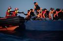 Migranten uit Eritrea, Syrië en Soedan in een houten boot op de Middellandse Zee. Medewerkers van de Spaanse hulporganisatie Open Arms bevrijden de vluchtelingen uit hun benarde positie.
