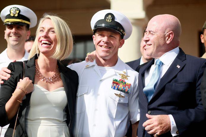 Edward Gallagher (midden) met zijn vrouw Andrea (links) en zijn advocaat nadat hij werd vrijgesproken voor moord.