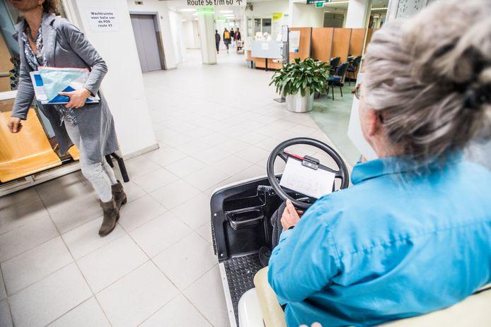 De nieuwe golfkar in actie in ziekenhuis Rijnstate Arnhem.