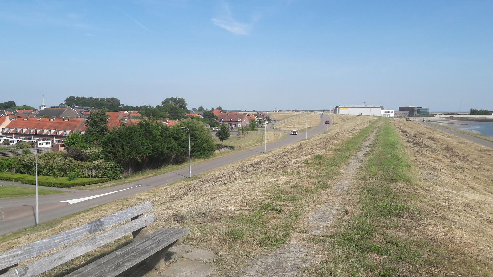 De dijk bij Hansweert, die de komende jaren flink wordt opgehoogd.