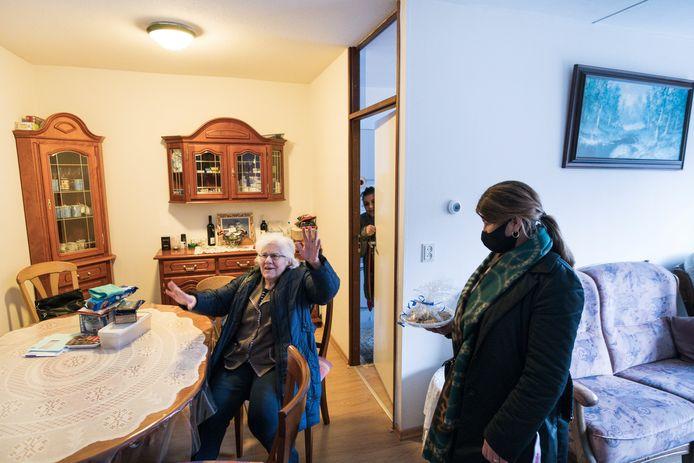 Antoinette Lahdo ontvangt het schaaltje Baklava uit handen van Meryam Sumer