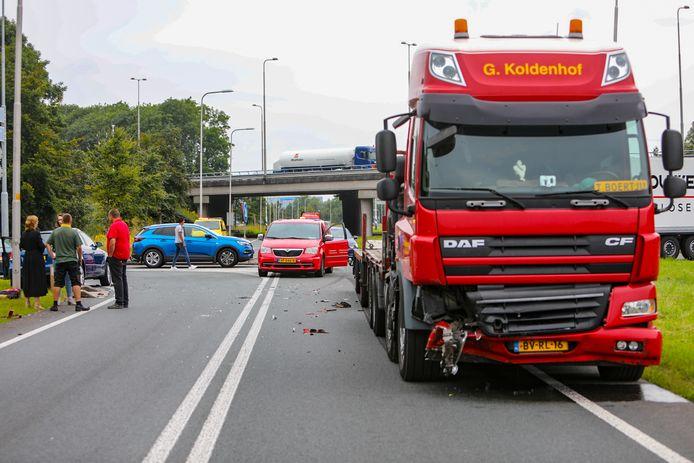 Chaos op de N345: eind vorige maand kwamen een vrachtwagen en een personenauto met elkaar in botsing. Hierbij raakte een vrouw gewond.