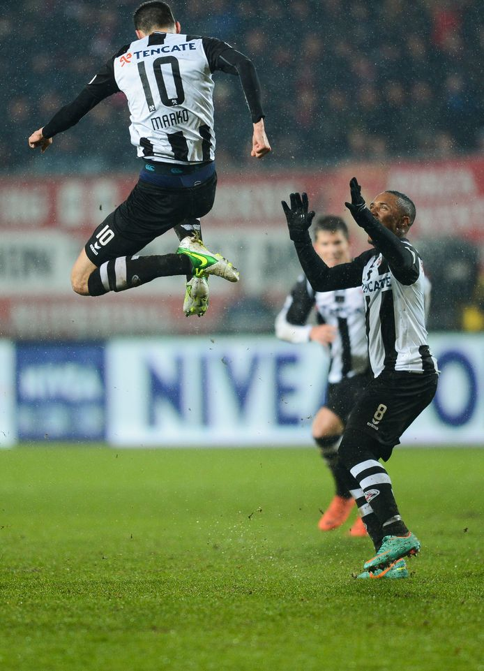 Marko Vejinovic slaakt een vreugdekreet nadat hij zijn ploeg op 0-1 heeft gezet.