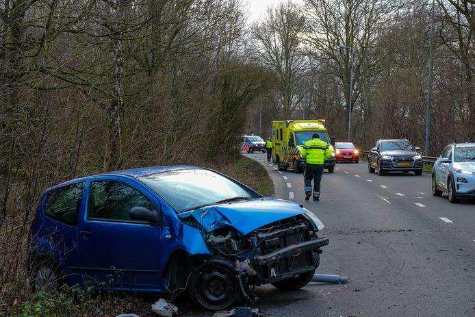 Personenauto heeft forse schade nadat de bestuurder tegen een paal klapt op de Bosdreef.