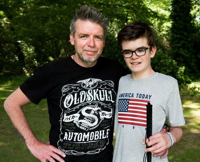 Vader Addy Rouwenhorst met zoon Rocco (12) die blind is en lijdt aan de ziekte van Batten.