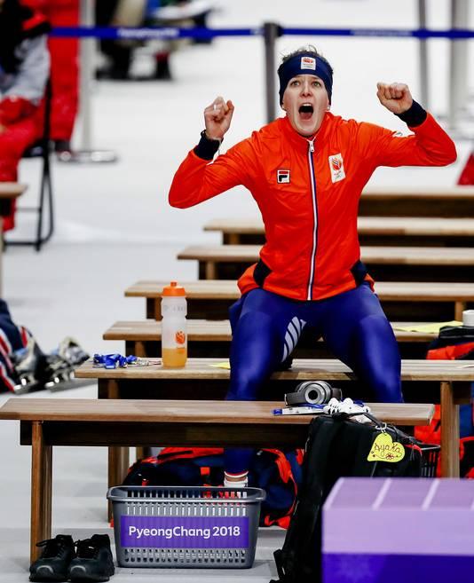 Ireen Wüst ziet dat ze goud heeft gewonnen.
