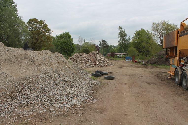 Bulldozers staan op het domein van Camping Roosdaal: de oude gebouwen zijn volledig neergehaald.
