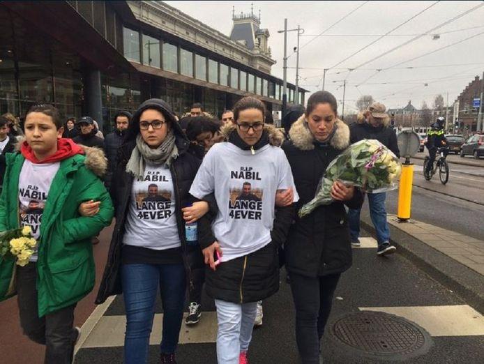 De familie van Nabil loopt voorop bij de stille tocht. Ze dragen een t-shirt met de tekst 'R.I.P. Nabil Lange 4ever'