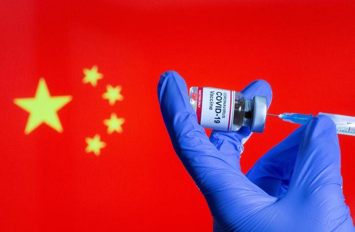 La Chine utilise actuellement quatre vaccins, dont les taux d'efficacité publiés sont inférieurs à ceux de Pfizer-BioNTech et Moderna. La société chinoise Sinovac a indiqué que les essais réalisés au Brésil sur son vaccin permettent d'éviter une infection dans environ 50% des cas. L'efficacité des deux vaccins de Sinopharm s'élève à 79% et 72%, tandis que celle du produit de CanSino est de 65%.