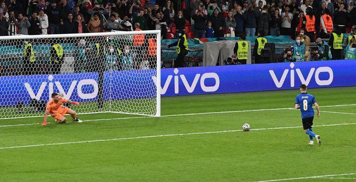 De Italiaanse middenvelder Jorginho heeft zijn opponent in de goal al de hoek ingestuurd voor hij zijn land naar de finale op Wembley schiet.