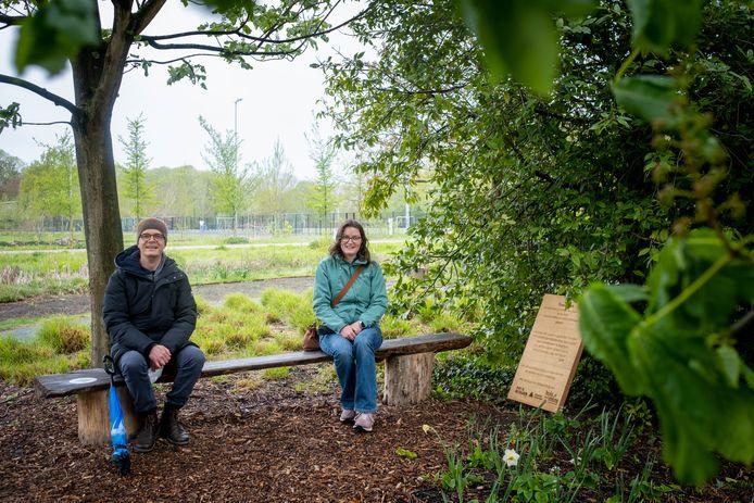 Joke Van den Bergh en Maarten Peeraer op het bankje van de troostplek in het Vrijbroekpark