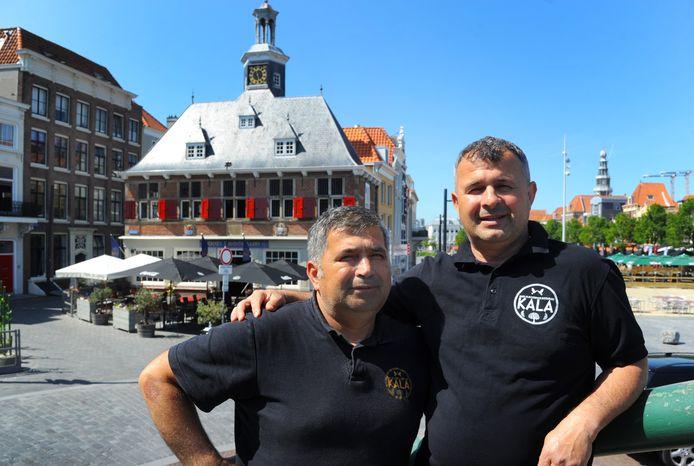 Kasper (links) en Alajdin Zaplluzhani voor het markante Beursgebouw waar ze met een Griekse keuken oude glorie willen laten herleven.