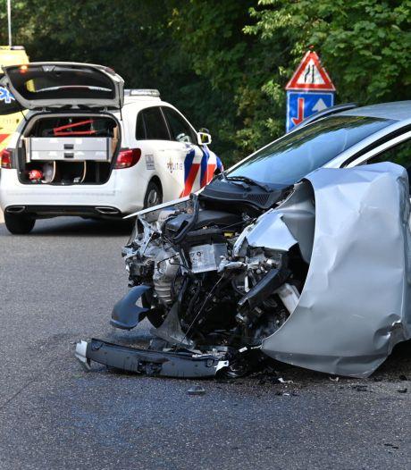 Bestelbus en auto botsen in Rijsbergen, ook lantaarnpaal uit de grond gereden