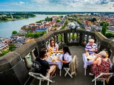 Eet smakelijk! Deze Dordtenaren ontbeten op de top van de Grote Kerk in Dordrecht