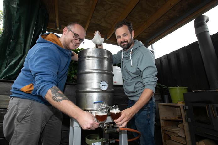 Teun Palmans (links) en Michael van Hirsen zijn onlangs bierbrouwerij De Genieterij gestart.