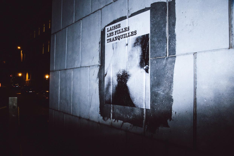 Aan de Brusselse Congreskolom prijkt één van de affiches van 'Laisse les filles tranquilles', een Brussels collectief dat seksuele intimidatie wil aankaarten. Beeld Francis Vanhee