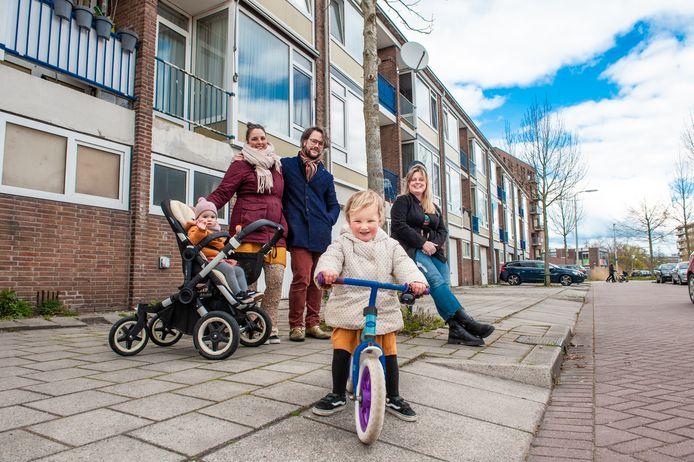 Manon Vonk (rechts) en haar buren Marley van Heyningen en Matthijs de Vink vinden het geen prettig idee dat steeds meer woningen worden aangekocht door investeerders.